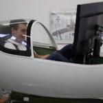 Aleksander Grygolec w symulatorze samolotu2